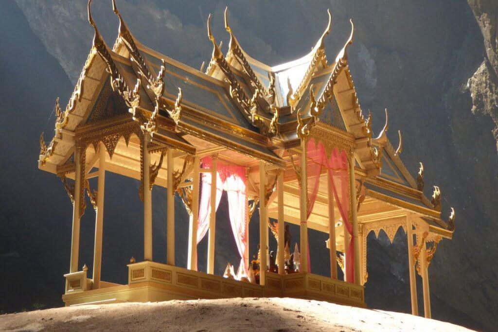 Pavilion i der sam roi yot cave