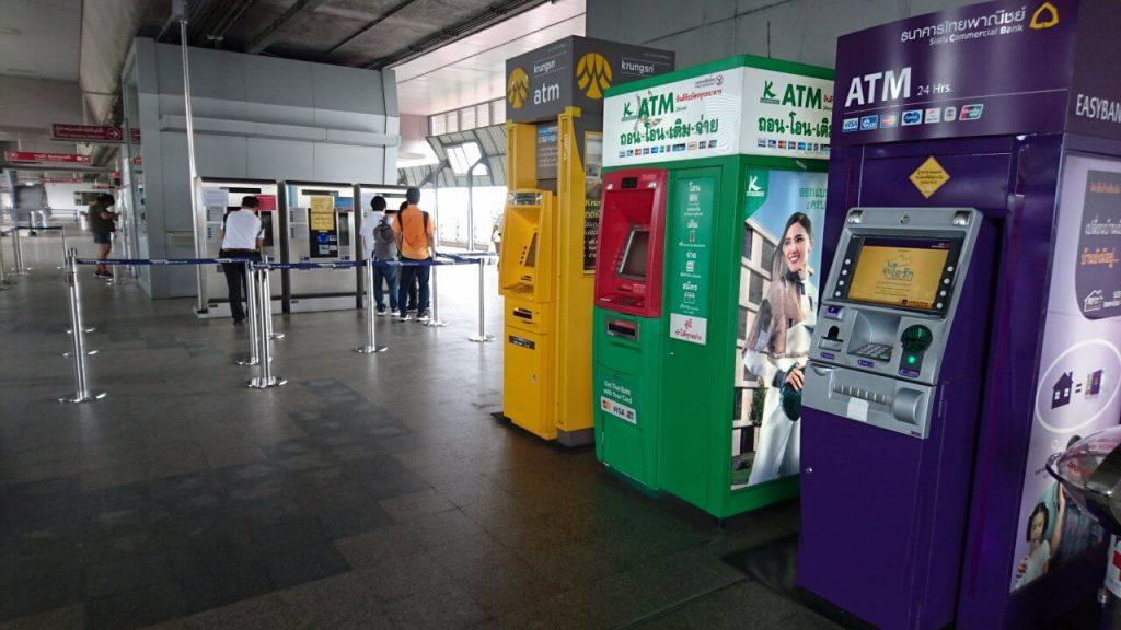 Geldautomat in der U-Bahn in Bangkok