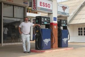 Georgios an seiner Tankstelle in einem Dorf bei Mae Sai - pack den Tiger in den Tank