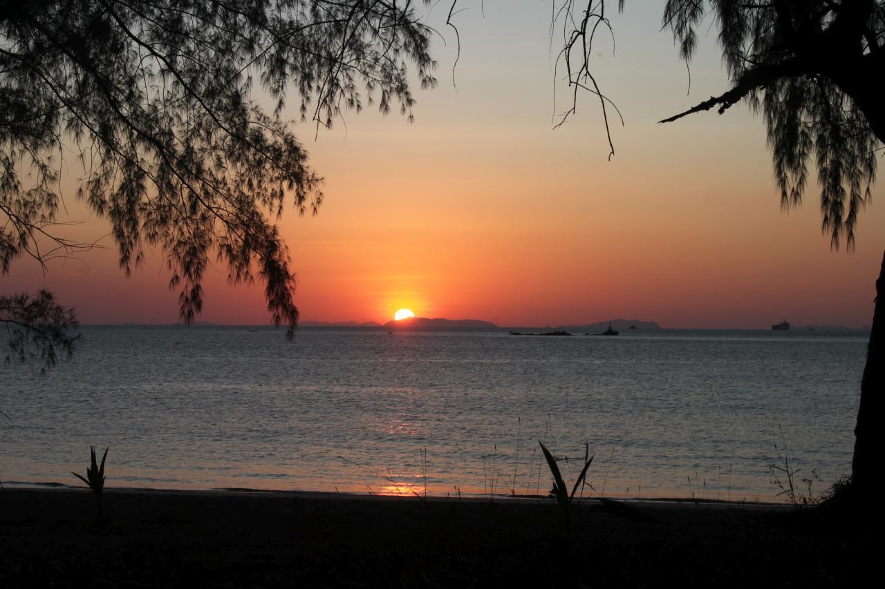 Sonnenuntergang auf dem kleinen Koh Chang bei Ranong in der Andamannsee