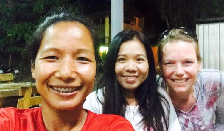 Manon Sluijter mit thailändischen Freundinnen