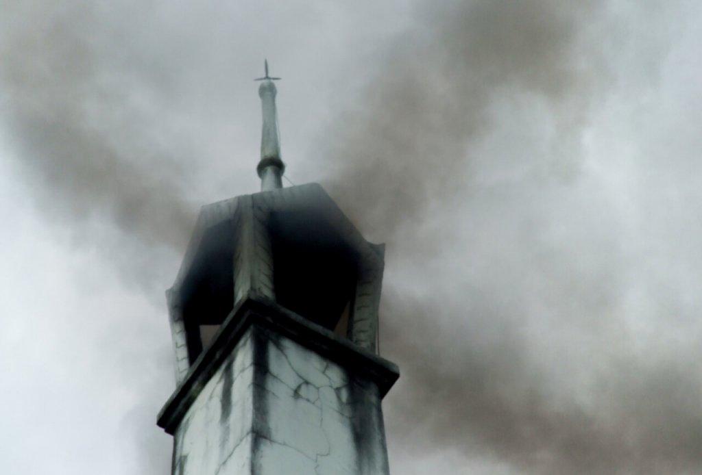 Rauch aus Krematorium in Thailand