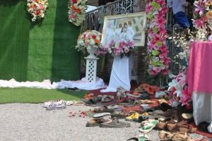 Typüisch Thai, die Schuhe werden am Eingang ausgezogen. Wenn dann viele Gäste da sind ...