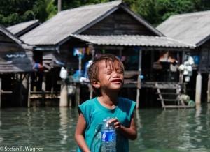 Eines der vielen Kinde im Mokendorf auf Koh Chang
