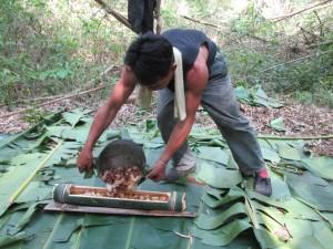 auf Bananenblättern sitzen und Suppe aus Bambus essen