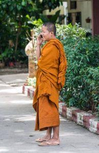 Thailändischer Mönch mit Handy telefonieren